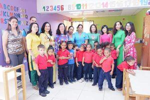 Hội Phu nhân Việt Nam tại Venezuela giao lưu với học sinh trường tiểu học Casita Amarilla