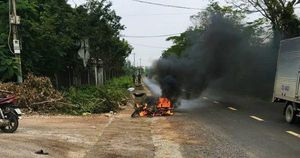 Hẹn nhau 'huyết chiến', trai làng chém đối thủ bị thương rồi châm lửa đốt luôn xe máy