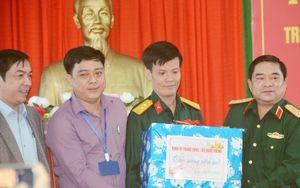 Quảng Ngãi: Chính ủy Quân khu 5 tặng quà cho Trung tâm điều dưỡng người có công