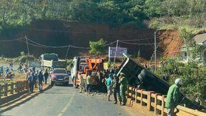 Phá cửa cứu tài xế mắc kẹt trong xe tải lật nghiêng dưới chân cầu