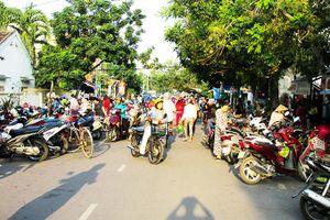 Chợ tự phát gây cản trở giao thông