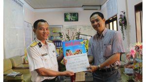 Trao tặng báo xuân cho chiến sĩ Hải quân và hộ nghèo