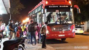 Xe khách vô tư chạy vào đường cấm, lập 'bến' giữa nội thị