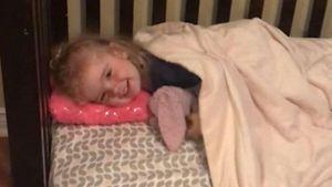 Cô chủ nhỏ chờ chú chó hôn tạm biệt mới chịu đi ngủ