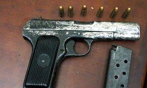 Khởi tố kẻ dí súng vào đầu cán bộ kiểm lâm