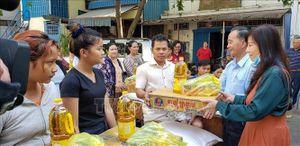 Sứ quán Việt Nam tặng quà gia đình gốc Việt sau vụ hỏa hoạn ở Phnom Penh