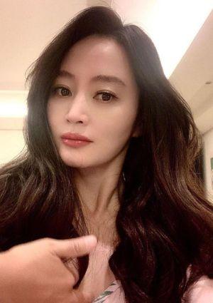 Kim Hye Soo trẻ trung ở tuổi 50