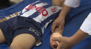 Bé trai bị dập bàn tay vì vừa sạc pin vừa sử dụng điện thoại