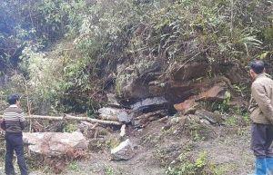 Trú mưa trong hang, 2 bố con bị đá đè tử vong