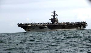 Tàu sân bay USS Theodore Roosevelt trên đường cập cảng Tiên Sa