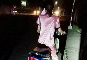 Bình Dương: Vừa rút được tiền lương, nữ công nhân bị 2 kẻ lạ mặt kề dao vào cổ cướp sạch