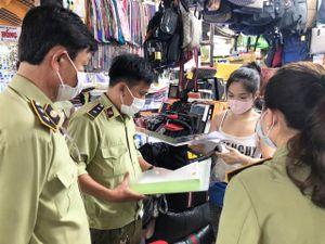 Thu giữ hàng nghìn đồ hiệu giả nhái ở chợ Bến Thành, Saigon Square