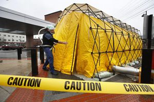Bệnh viện Mỹ dựng lều, chuẩn bị đón 'dòng lũ' bệnh nhân Covid-19