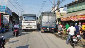 TP HCM: Phanh gấp, xe máy chui gầm xe tải