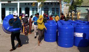 Tặng bồn chứa nước sạch cho hộ nghèo ven biển Hòn Đất