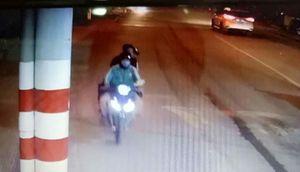 Nữ tài xế Grabbike bị khách chích roi điện, cướp xe máy ở TP.HCM lúc nửa đêm