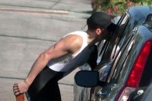 Orlando Bloom hôn Katy Perry qua cửa kính xe hơi
