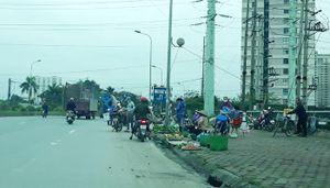 Chợ cóc gây mất an toàn giao thông trên đường Tố Hữu