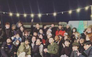 V (BTS) chụp ảnh chung với đoàn phim 'Itaewon Class' trong buổi ghi hình cuối cùng