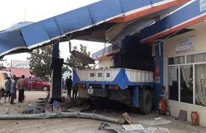 Lai Châu: Xe tải tông sập cây xăng, 6 người thương vong