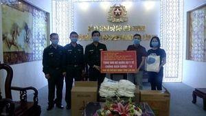 Bộ đội Biên phòng Lào Cai tiếp nhận 500 bộ quần áo y tế chống dịch Covid -19