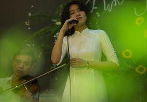 Cô gái gây xôn xao với bài 'Ta đã thấy gì trong đêm nay' viếng mộ Trịnh Công Sơn sớm