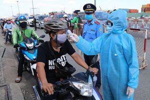 Chùm ảnh: Đội nắng kiểm tra y tế các phương tiện vào TP.HCM