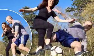 Cựu sao Arsenal thi triển 'Võ-League' khi chơi bóng cùng bà xã