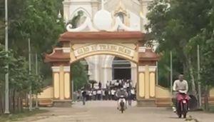 Bất chấp dịch Covid-19, hàng trăm giáo dân vẫn tham gia hành lễ