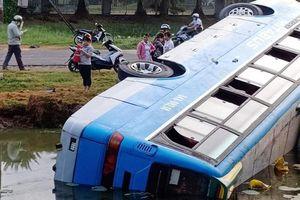 Xe khách lao xuống ao, nhiều người bị thương ở Long An