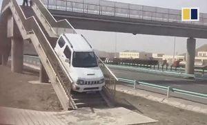Tài xế liều lĩnh lái ô tô lên cầu đi bộ để sang đường