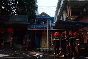 Vật lộn cứu cửa hàng tạp hóa bốc cháy trong đêm mưa tại Huế