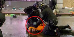 Cảnh sát Mỹ dùng biện pháp ghì cổ để khống chế người 'hôi của' trong cuộc biểu tình nhưng được đồng nghiệp ngăn cản kịp thời