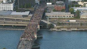 Hàng chục nghìn người Mỹ nằm biểu tình trên cầu tưởng niệm George Floyd