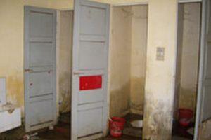 Nhà vệ sinh trường học: Khắp nơi bức xúc!