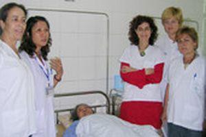 Bác sĩ Tây Ban Nha học châm cứu VN