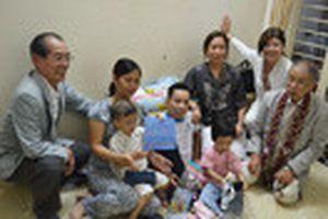 Người em trong cặp song sinh Việt - Đức hạnh phúc với vợ và hai con