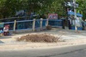 Hố sâu trước cổng trường