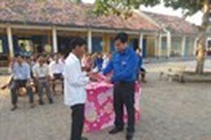 Trao huy hiệu Tuổi trẻ dũng cảm cho em Chung Thị Kim Vân
