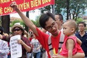 Ba dẫn con đi tuần hành: Dạy con về lòng yêu nước
