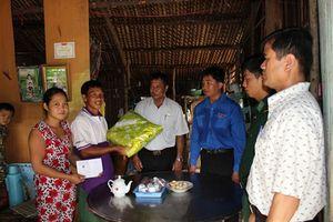 Hội Cựu chiến binh và Huyện đoàn Tân Phước thăm Đồn BP Phú Tân
