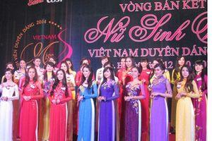 Nữ sinh viên duyên dáng với áo dài Việt Nam