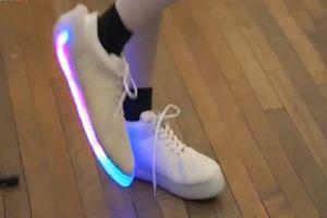 Nhận diện đôi giày thông minh tự phát sáng khi nhảy