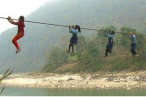 Những đứa trẻ đến trường bằng cách đu dây như khỉ