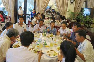 Khách sạn 4 sao mời thí sinh và phụ huynh ăn trưa miễn phí