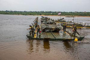 Mục kích 'xe tăng bay' T-80U cưỡi xà lan vượt sông