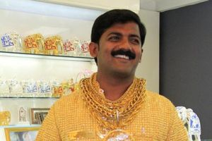 Tỷ phú vàng Ấn Độ bị đánh đến chết trước mặt con