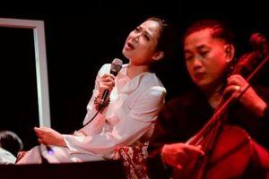 Giang Trang – 'Nguyệt Hạ': 'Những người đến không vì mong'