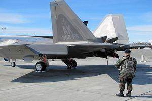 Kinh ngạc kẻ thù tấn công siêu cơ F-22 ngay tại căn cứ