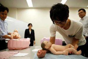 Nam cử nhân Nhật học chăm trẻ để kiếm bạn đời